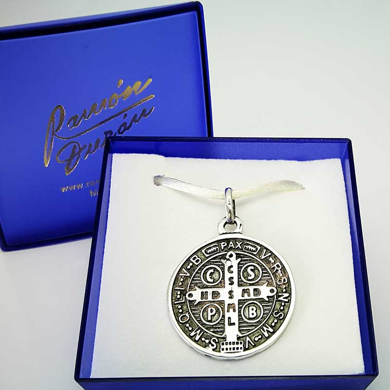 Medalla-plata-san-Benito-estuche-1