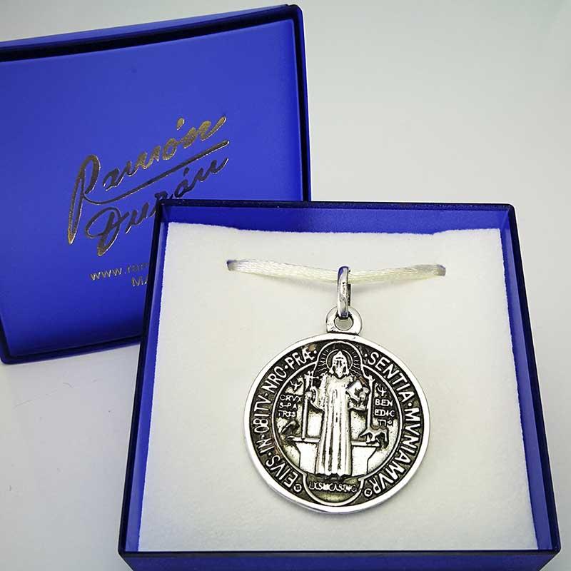 Medalla-plata-san-Benito-estuche